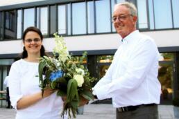 Kammerpräsident Prof. Axel Teichert beglückwünscht Nadine Schulz als neues Vorstandsmitglied