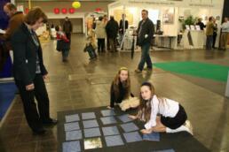 Kinder spielen mit dem Architektur-Memory für Sachsen-Anhalt